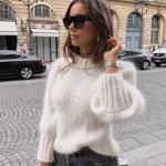 Белый женский свитер из мохера спицами